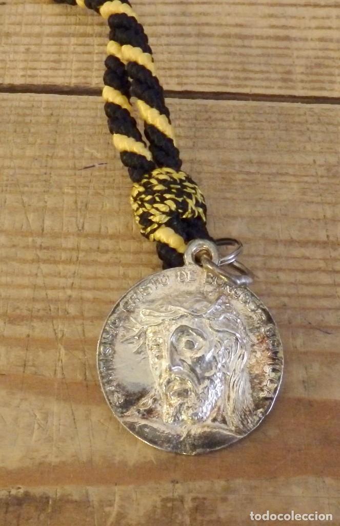 SEMANA SANTA SEVILLA, MEDALLA CON CORDON DE LA HERMANDAD DEL CRISTO DE BURGOS (Antigüedades - Religiosas - Medallas Antiguas)