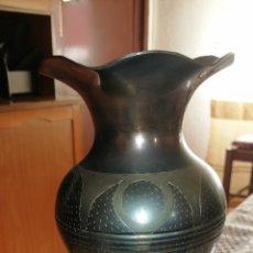 Antigüedades: ANTIGUO FLORERO HECHO EN METAL LABRADO. Lote 177804137