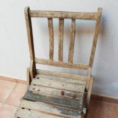 Antigüedades: ANTIGUA SILLA PLEGABLE DE MADERA. AÑOS 70. Lote 177825147