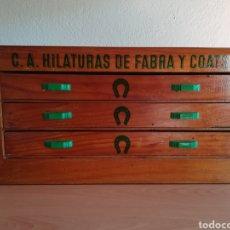 Antiguidades: ANTIGUO MUEBLE CAJONERA PUBLICIDAD C. A. HILATURAS DE FABRA Y COATS - MERCERÍA. Lote 193195921