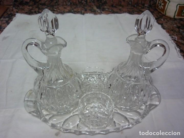 Antigüedades: Conjunto de vinajeras de cristal y dos saleros de pellizco con bandeja a juego - Foto 6 - 177837880