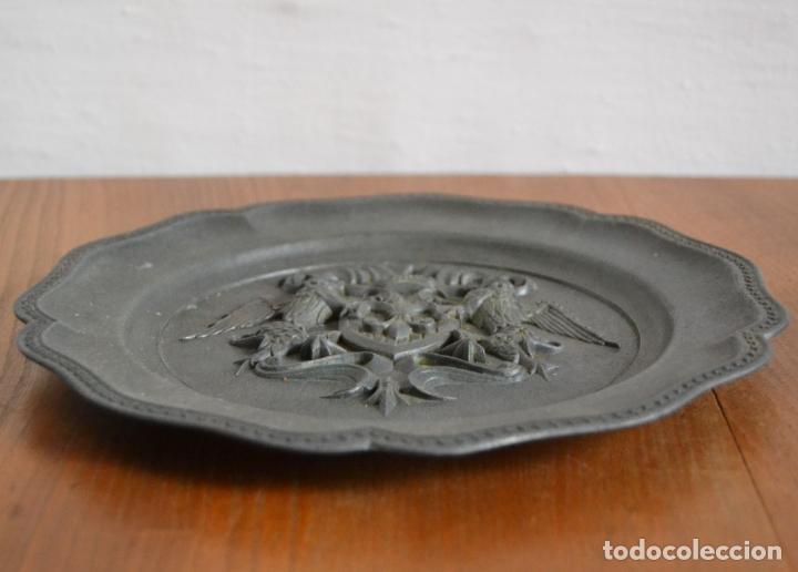 Antigüedades: ANTIGUO PLATO EN METAL PESADO CON RELIEVE HERÁLDICO * 22CM DIÁMETRO - Foto 2 - 177868879