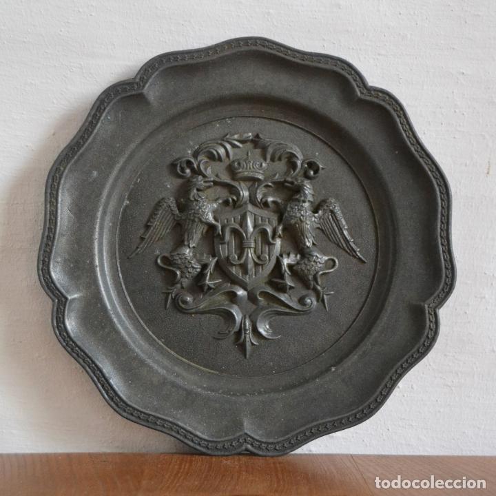 Antigüedades: ANTIGUO PLATO EN METAL PESADO CON RELIEVE HERÁLDICO * 22CM DIÁMETRO - Foto 3 - 177868879
