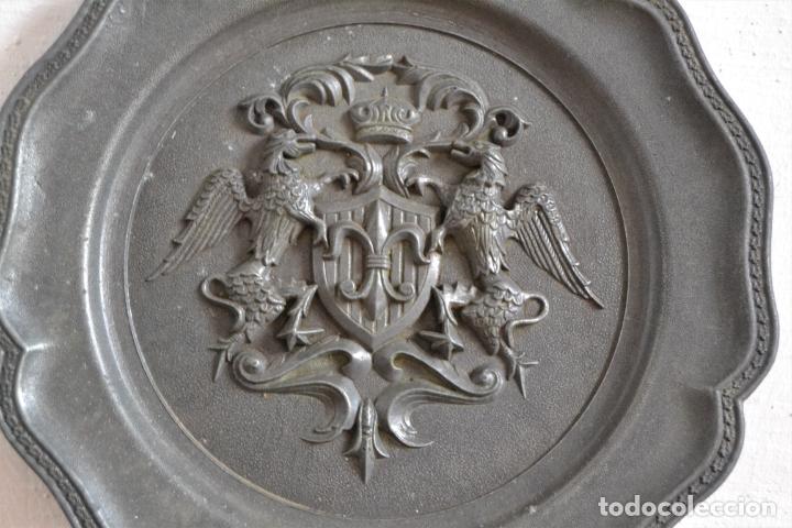 Antigüedades: ANTIGUO PLATO EN METAL PESADO CON RELIEVE HERÁLDICO * 22CM DIÁMETRO - Foto 4 - 177868879