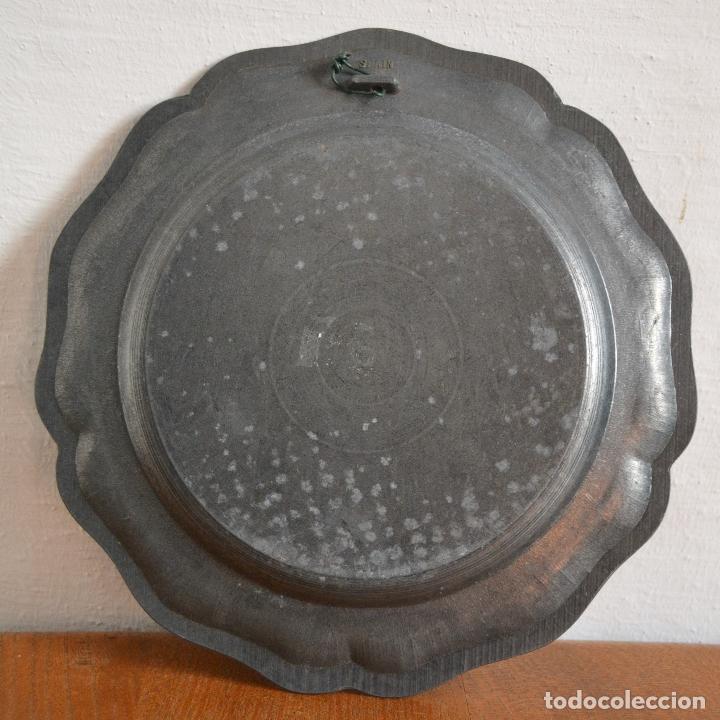 Antigüedades: ANTIGUO PLATO EN METAL PESADO CON RELIEVE HERÁLDICO * 22CM DIÁMETRO - Foto 5 - 177868879