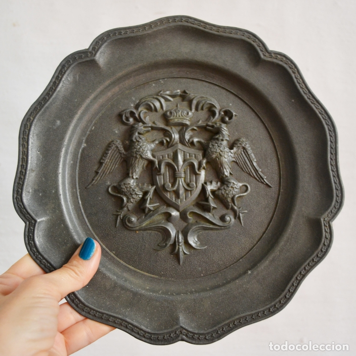 ANTIGUO PLATO EN METAL PESADO CON RELIEVE HERÁLDICO * 22CM DIÁMETRO (Antigüedades - Hogar y Decoración - Platos Antiguos)