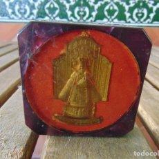 Antigüedades: ANTIGUO RECUERDO DEL MONASTERIO DE GUADALUPE VIRGEN PISAPAPELES UN MARCO . Lote 177880169