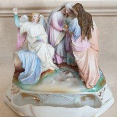 Antigüedades: PRECIOSA PILA BENDITERA EN PORCELANA BISCUIT POLICROMADO,REPRESENTANDO AL ANGEL CON LAS TRES MARIAS. Lote 177961217