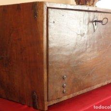 Antigüedades: BARGUEÑO ESPAÑOL DEL SIGLO XVII EN MADERA DE NOGAL Y BOJ. MIDE 75 CM.. Lote 177962085