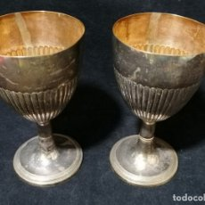 Antigüedades: JUEGO DE DOS ANTIGUAS COPAS PLATEADAS CON INTERIOR DORADO. Lote 177979355