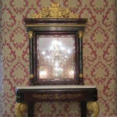 Antigüedades: PRECIOSA CONSOLA ISABELINA - MADERA TALLADA Y DORADA EN PAN DE ORO - MARQUETERÍA EN LATÓN - S. XIX. Lote 177980210