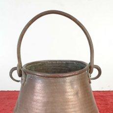 Antigüedades: OLLA DE COBRE. ASA DE HIERRO FORJADO. MARTELADO A MANO. SIGLO XX.. Lote 177997864