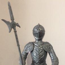 Antiguidades: ANTIGUO CABALLERO CON ARMADURA EN METAL MACIZO. Lote 178027845