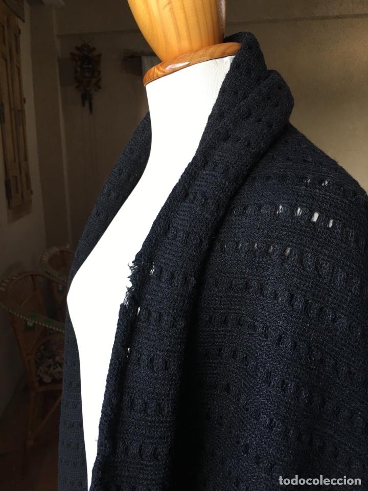Antigüedades: Toquilla de lana negra con fleco rizado, indumentaria tradicional, echarpe, mantón - Foto 2 - 178052219