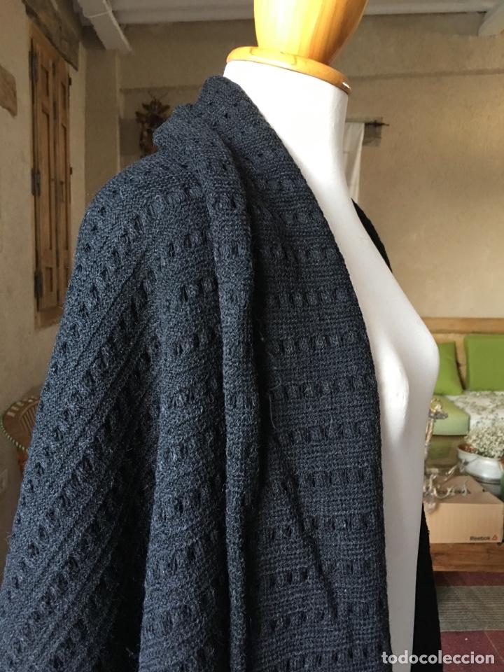 Antigüedades: Toquilla de lana negra con fleco rizado, indumentaria tradicional, echarpe, mantón - Foto 4 - 178052219