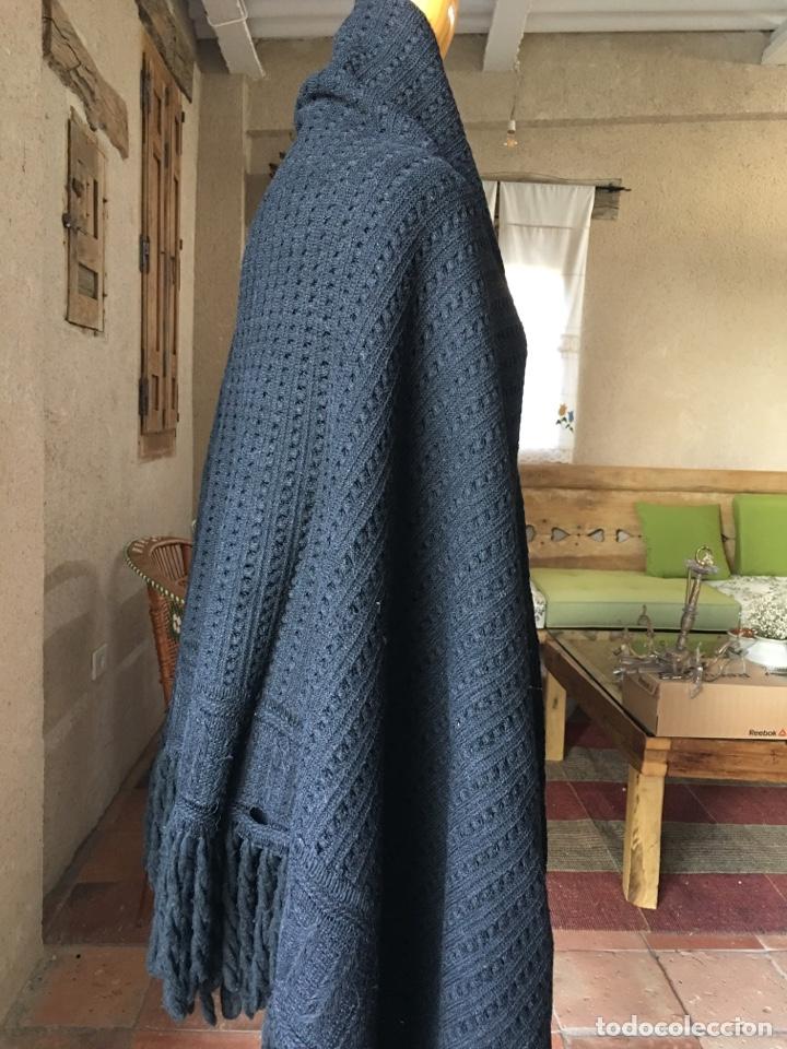Antigüedades: Toquilla de lana negra con fleco rizado, indumentaria tradicional, echarpe, mantón - Foto 5 - 178052219