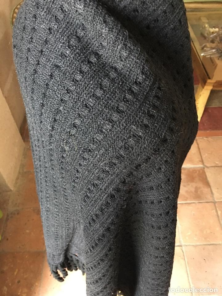 Antigüedades: Toquilla de lana negra con fleco rizado, indumentaria tradicional, echarpe, mantón - Foto 6 - 178052219
