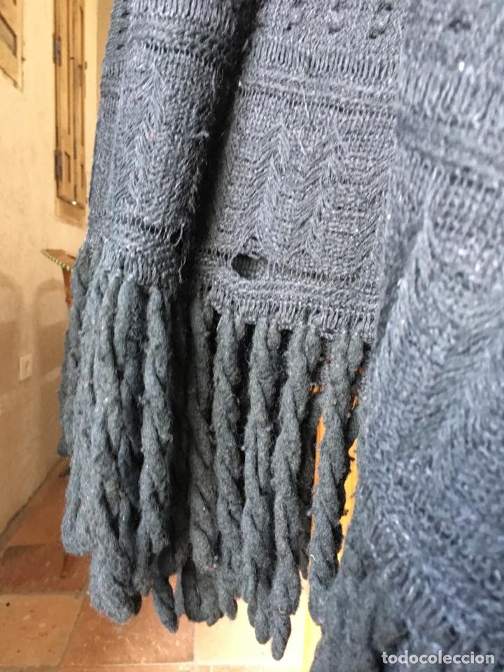 Antigüedades: Toquilla de lana negra con fleco rizado, indumentaria tradicional, echarpe, mantón - Foto 7 - 178052219