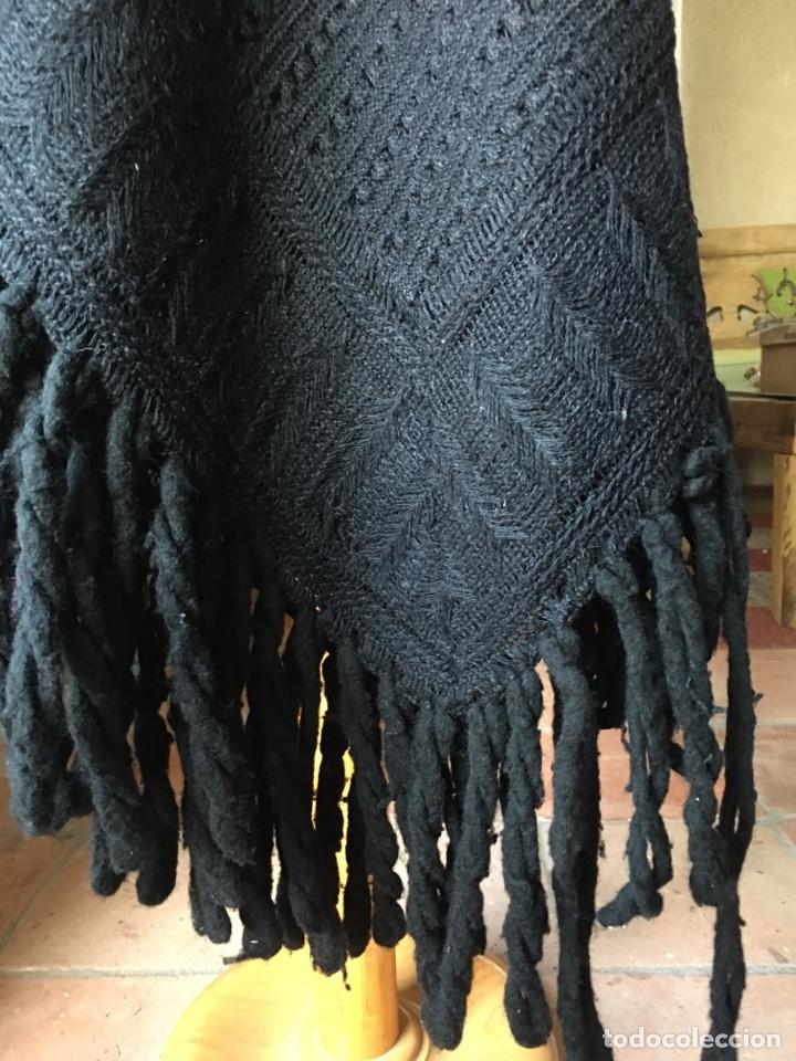 Antigüedades: Toquilla de lana negra con fleco rizado, indumentaria tradicional, echarpe, mantón - Foto 8 - 178052219