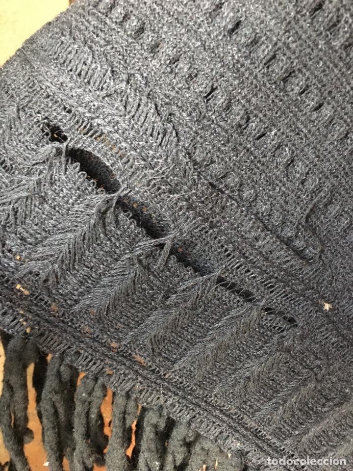Antigüedades: Toquilla de lana negra con fleco rizado, indumentaria tradicional, echarpe, mantón - Foto 9 - 178052219