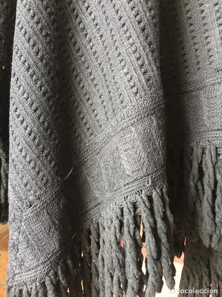 Antigüedades: Toquilla de lana negra con fleco rizado, indumentaria tradicional, echarpe, mantón - Foto 10 - 178052219