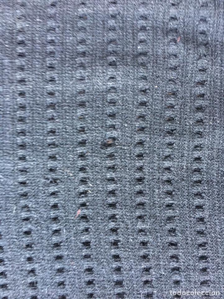 Antigüedades: Toquilla de lana negra con fleco rizado, indumentaria tradicional, echarpe, mantón - Foto 12 - 178052219