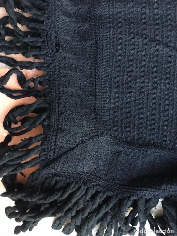 Antigüedades: Toquilla de lana negra con fleco rizado, indumentaria tradicional, echarpe, mantón - Foto 13 - 178052219