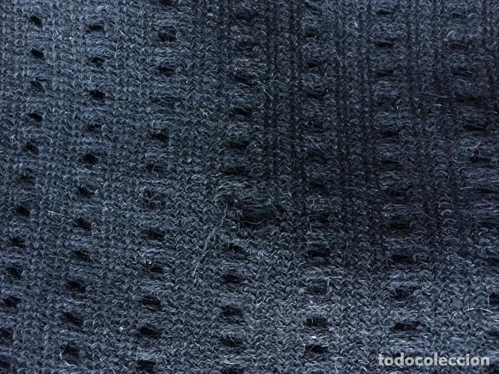 Antigüedades: Toquilla de lana negra con fleco rizado, indumentaria tradicional, echarpe, mantón - Foto 14 - 178052219
