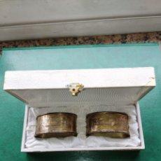 Antigüedades: PAREJA DE SERVILLETEROS DE PLATA PUNZONADA. EN SU ESTUCHE ORIGINAL. PRINCIPIOS SIGLO XX. Lote 178111730