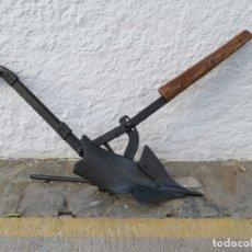 Antigüedades: ANTIGUO ARADO RESTAURADO DE FORJA MADERA DE OLIVO ENCINA PARA LABRAR BURRO MULO JAEN ASENSIO. Lote 178123679