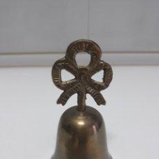 Antigüedades: ANTIGUA CAMPANILLA DE 11CM MANGO LAZO. Lote 178149304