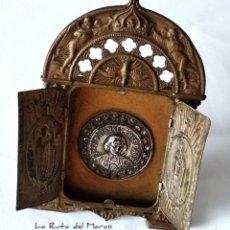 Antigüedades: SANTO CURA D'ARS - PEQUEÑO TRÍPTICO RELIGIOSO DE METAL REPUJADO - FALTA LA CRUZ - MESA Y COLGAR. Lote 178174450