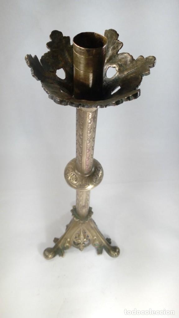 Antigüedades: CANDELERO EN BRONCE CINCELADO CON BASE TRIANGULAR CALADA. PRIMERA MITAD DEL S. XIX. - Foto 5 - 178196875