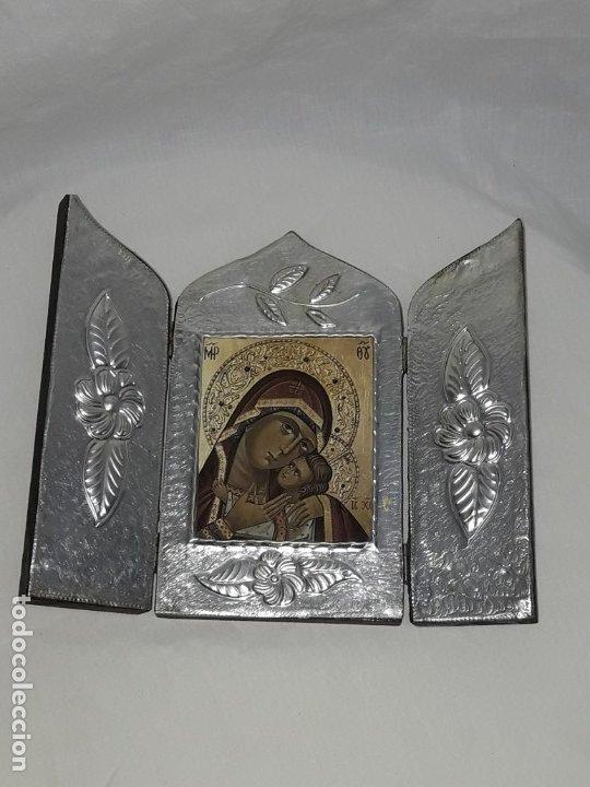 BELLO TRIPTICO ICONO VIRGEN PERPETUO SOCORRO DE MADERA REVESTIDA A ESTAÑO REPUJADO. (Antigüedades - Religiosas - Orfebrería Antigua)