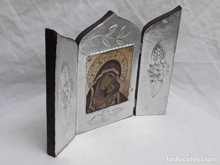 Antigüedades: Bello triptico Icono Virgen Perpetuo Socorro de madera revestida a estaño repujado. - Foto 4 - 216407132