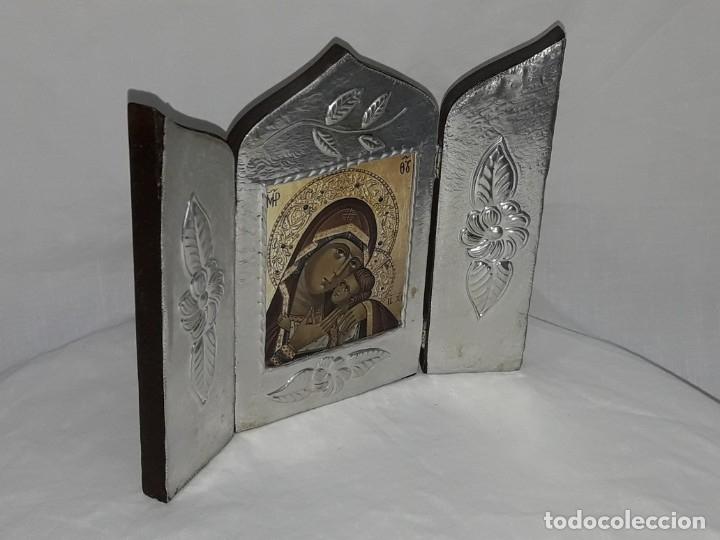 Antigüedades: Bello triptico Icono Virgen Perpetuo Socorro de madera revestida a estaño repujado. - Foto 5 - 216407132