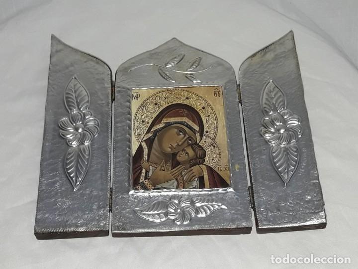 Antigüedades: Bello triptico Icono Virgen Perpetuo Socorro de madera revestida a estaño repujado. - Foto 7 - 216407132