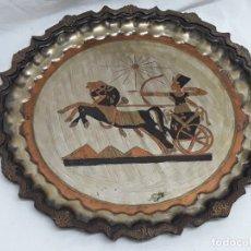 Antigüedades: PRECIOSO PLATO MOTIVOS EGIPCIO BRONCE LABRADO Y CINCELADO PATINADO PLATA 29CM. Lote 178217218