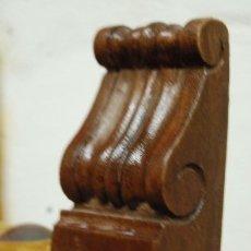 Antigüedades: PAREJA DE SILLAS DE MADERA TAPIZADAS EN TERCIOPELO DORADO. Lote 178232060