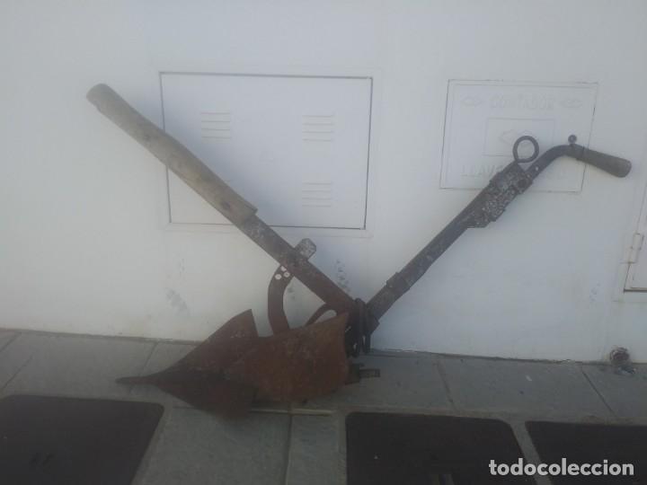 Antigüedades: Antiguo ARADO remachado de forja y madera de encina para labrar el campo con burro mulo caballo - Foto 3 - 178246522