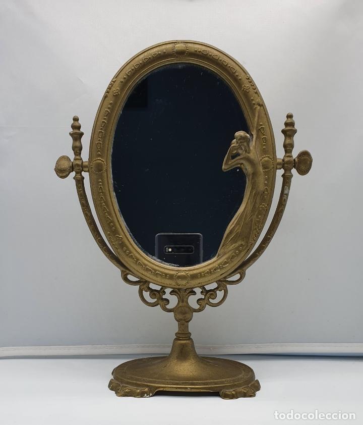 BELLO ESPEJO ANTIGUO DE ESTILO ART NOUVEAU EN BRONCE CON DONCELLA DE ÉPOCA EN RELIEVE . (Antigüedades - Muebles Antiguos - Espejos Antiguos)