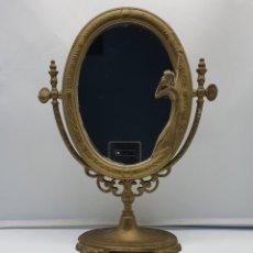 Antigüedades: BELLO ESPEJO ANTIGUO DE ESTILO ART NOUVEAU EN BRONCE CON DONCELLA DE ÉPOCA EN RELIEVE .. Lote 193860332
