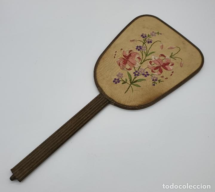 Antigüedades: Precioso espejo antiguo art decó en bronce, con bellos bordados en seda . - Foto 4 - 178341108