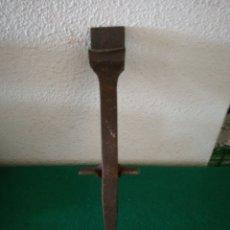 Antigüedades: YUNQUE PARA AFILAR GUADAÑA. Lote 178352931