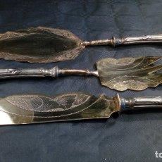 Antigüedades: CONJUNTO: TRINCHANTE, PALA Y CUCHILLO. MANGOS EN PLATA ALEMANA CINCELADA VERMEILLE. FINALES S. XIX.. Lote 178367512