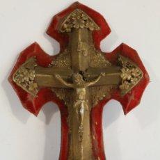 Antigüedades: CRUZ ANTIGUA BENDITERA CRISTO METAL FONDO TERCIOPELO. Lote 178396582