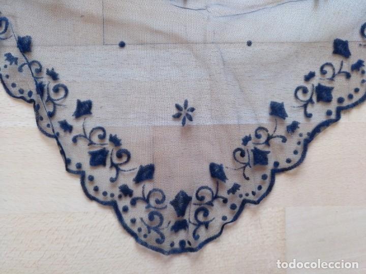 Antigüedades: ANTIGUA MANTILLA (MANTELLINA) NEGRA ENCAJE BLONDA 100 X 50 CM TRES PICOS - Foto 2 - 178560690