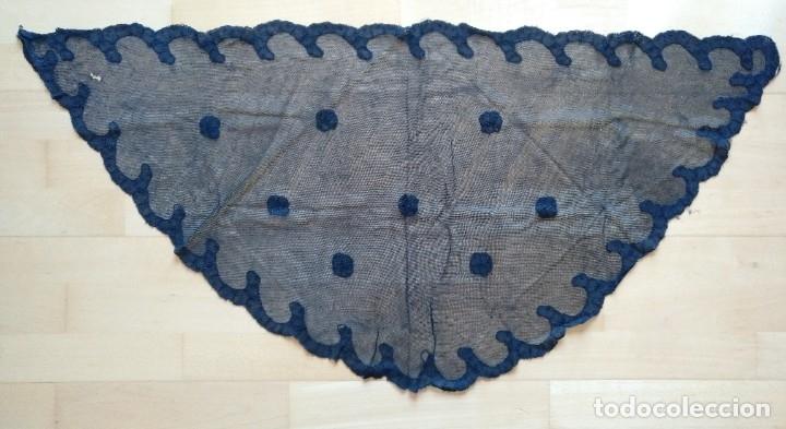 ANTIGUA MANTILLA (MANTELLINA) NEGRA ENCAJE BLONDA 100 X 50 CM TRES PICOS REDONDEADA (Antigüedades - Moda - Mantillas)