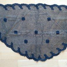 Antigüedades: ANTIGUA MANTILLA (MANTELLINA) NEGRA ENCAJE BLONDA 100 X 50 CM TRES PICOS REDONDEADA. Lote 178560907