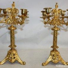 Antigüedades: PAREJA DE CANDELABROS NEOGOTICOS DE 4 LUCES REALIZADOS EN BRONCE CON BONITAS DECORACIONES. Lote 178561270